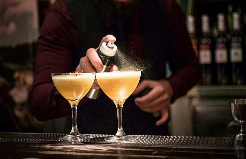 3eec3880d13f ... έξω για να δοκιμάσει τα tiki cocktails και τα